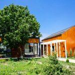Noul corp de casă are dimensiunile de 11,20 x 4,40 metri, înălțime 3,37 și în față unde se vede tâmplăria ferestrei înălțimea este de 2,30 metri.