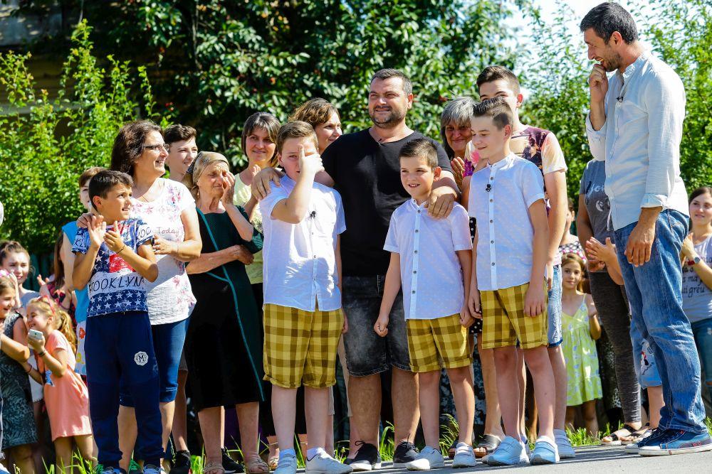 Reacția de bucurie și emoție a lui Irinel și a băieților după ce s-a mutat autocarul Visuri la cheie.