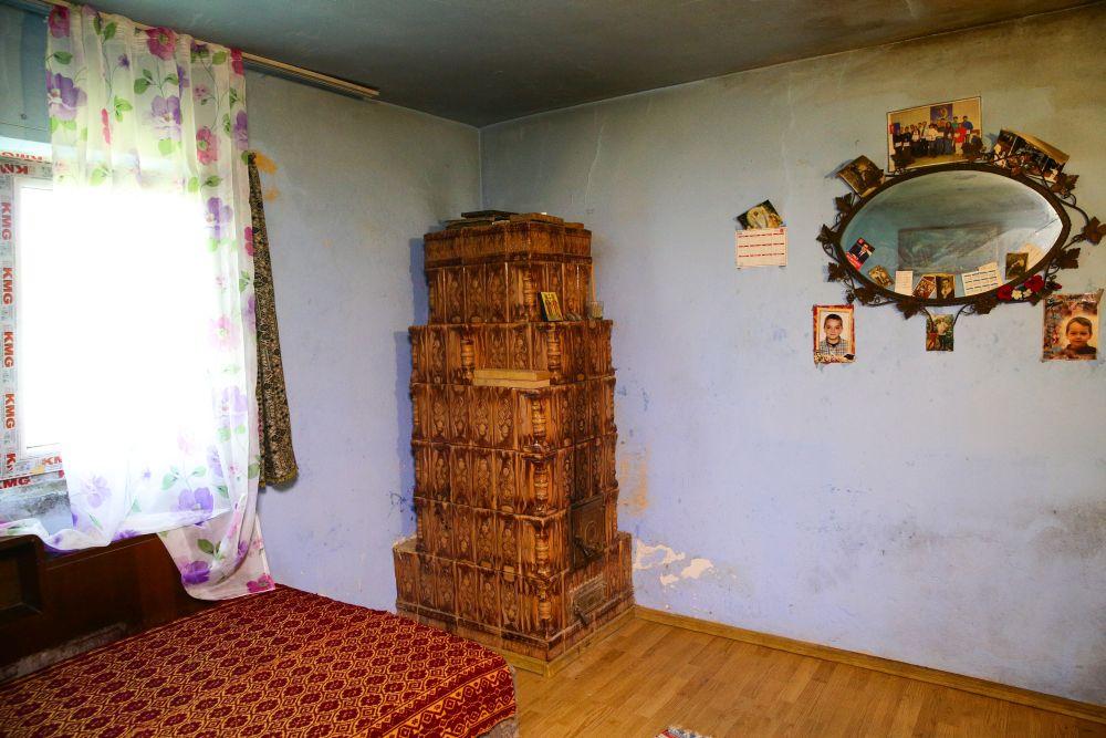 Dormitorul înainte de renovare avea o sobă, care a fost desființată.