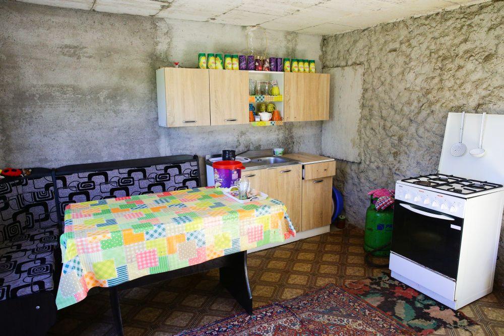 Bucătăria înainte de renovare. Pe peretele unde e aragazul sunt acum ușile de acces către dormitorul lui Irinel și către baie.