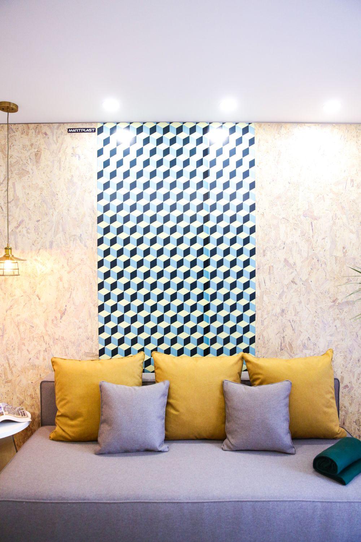 În spatele canapelei pereții sunt placați cu OSB și un pano din MDF imprimat la Martplast.