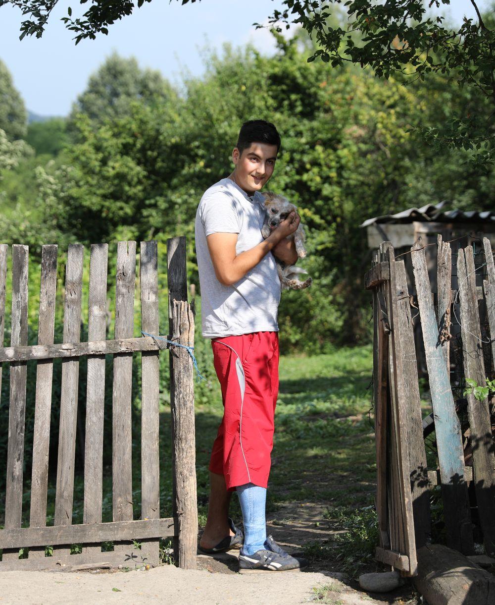 Flavius este un tânăr curajos și foarte sufletist. După ce echipa Visuri la cheie i-a construit casa, alături de Alex tache și alți tineri s-a oferit ca voluntar pentru a ajuta alți oameni în vara acestui an.