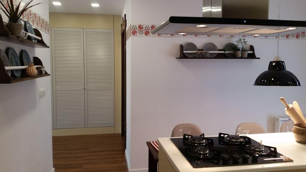 Bucătăria este deschisă către holul de la intrare, deci nu este separată cu ușă pentru a-i fi mai ușor lui Flavius să o acceseze.