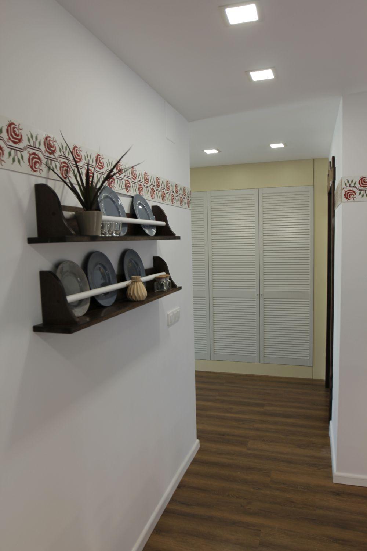 Spațiul de sub scară este mascat cu uși lamelare, care artă precum obloanele.