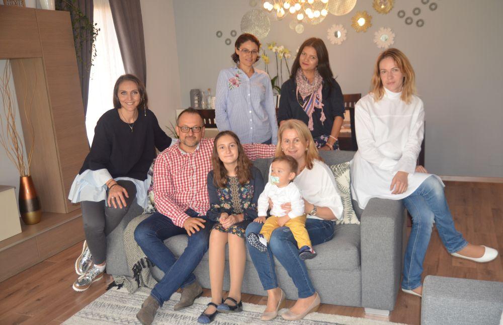 Alături de familia Berce care a câștigat premiul pentru reamenajarea casei din cadrul campaniei Trăiește fresh de la Kaufland. De la stâga la dreapta sunt alături de Bogdan, Mariana și copii lor Tudor și Daria, apoi colega mea arh. Ramona Isăcescu, iar în spatele canapelei sunt Elena Diacanu și Alina Mușat de la Kaufland.