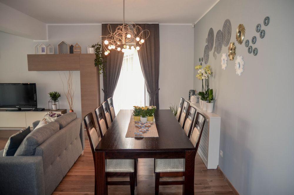 Locul sufrageriei după reamenajare a fost mutat lângă pertele comun cu biroul. Coloriferuld in zonă a fost mascat, iar pe perete am făcut un ansamblu decorativ cu obiecte de la Stockhouse și Pepco din Oradea.