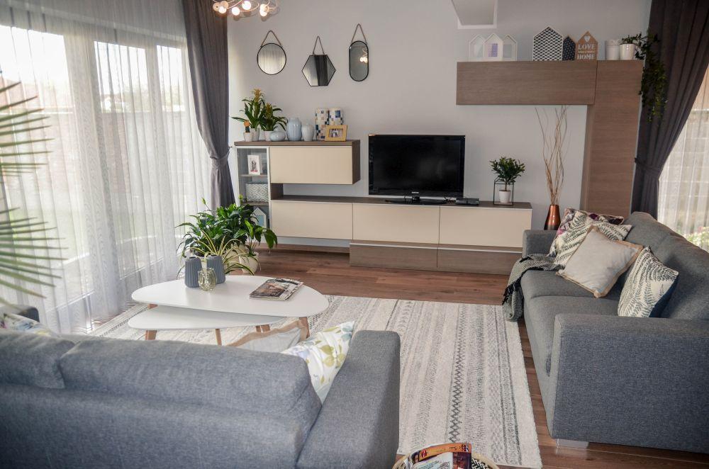 Livingul după reamenajare are clar conturat locul de tv prin poziția canapelelor și locul pentru masă situat după una dintre canapele.
