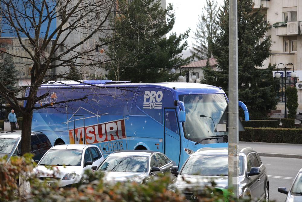 Autocarul Visuri la cheie a parcat în fața blocului din centrul orașului Câmpina, acolo unde locuiește familia Jitaru