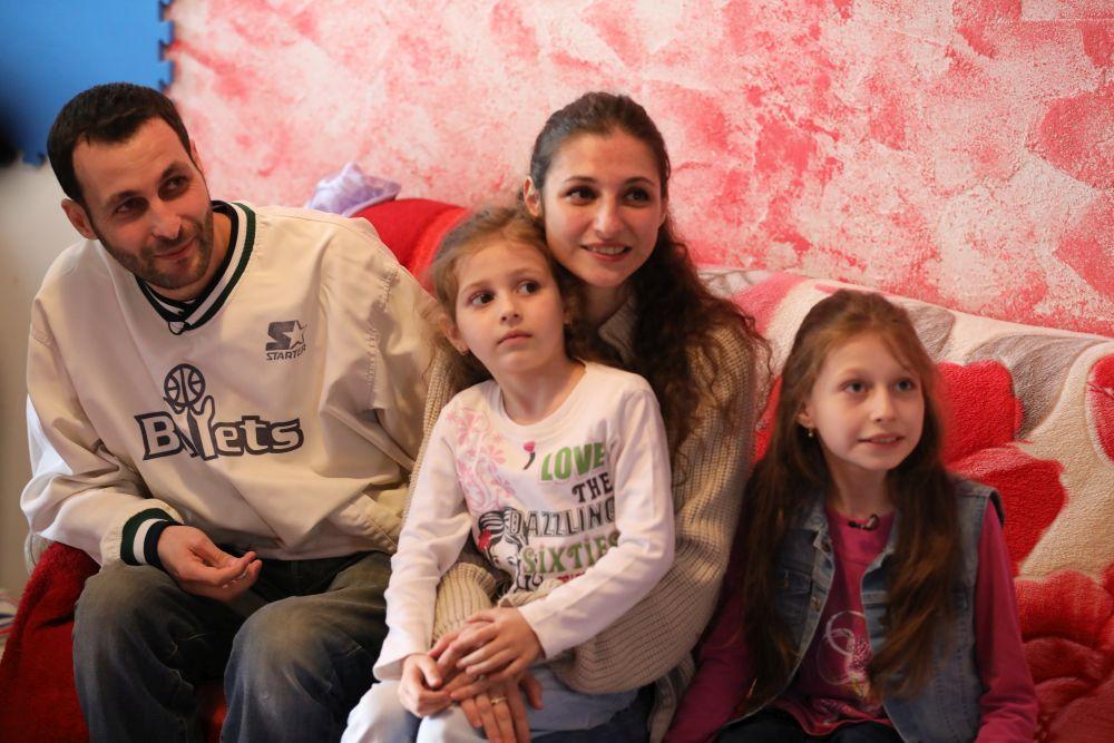 Familia Jitaru cu Gabriel tatăl, mama Andreea și cele două fetițe ale lor Andra și Ștefania
