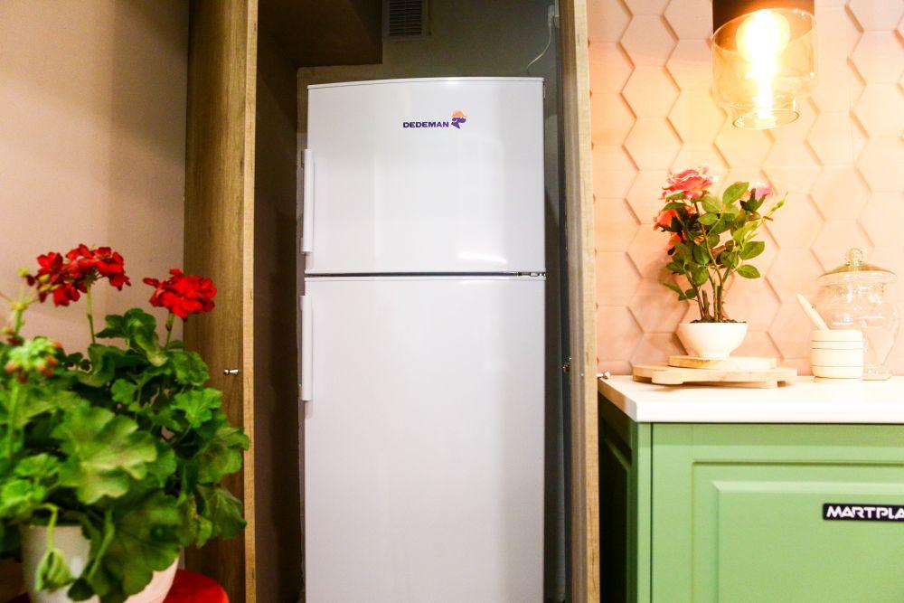 Locul pentru frigider este mascat cu o ușă din PAL care pare o placare atunci când este închisă.