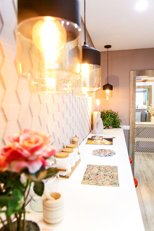Masa este de tip bar pentru a fi exploatată lungimea bucătăriei.