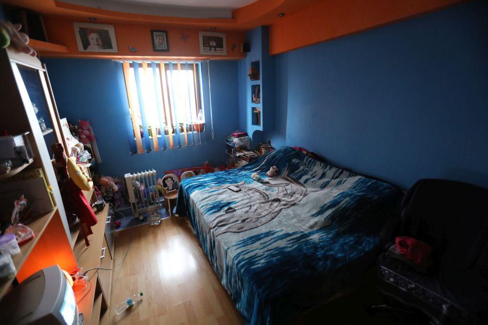 Înainte de renovarea făcută de către echipa Visuri la cheie camera fetelor era și living și dormitorul pentru toată familia, fiind singura încălzită cu un radiator electric.
