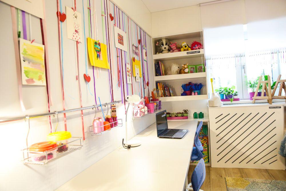 Biroul este gândit pentru ambele fetițe, Chiar dacă este un singur blat, fiecare fetiță are locul ei.