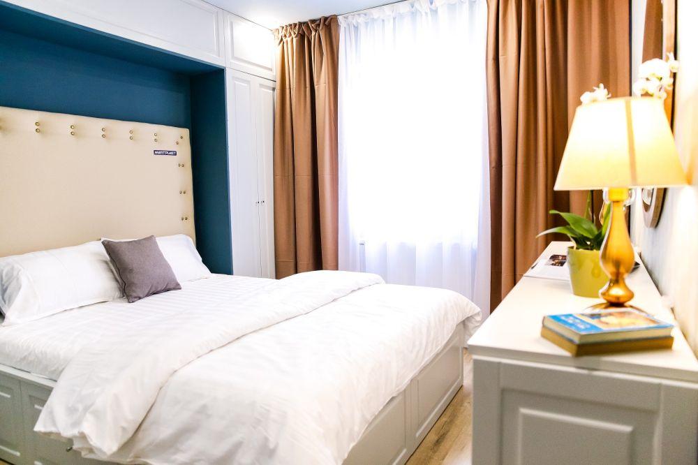 Dormitorul după renovarea făcută de către echipa Visuri la cheie a devenit o încăpere elegantă.