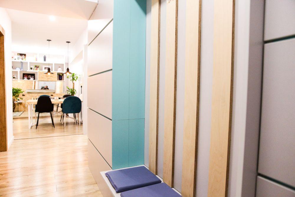 După renovare, holul comunică deschis cu bucătăria și livingul. În spațiul holului sunt multe spații de dezozitare. Toată mobila a fost realizată pe comandă la Martplast după proiectul lui Omid