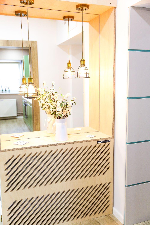 Către capătul holului, există un calorofer care a fost încadrat cu o masă și o oglindă în care se vede bucătăria deschisă.