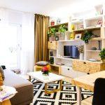 Biblioteca include și locul de tv și este gândită pe toată lugimea camerei. Canapeaua, taburetele rotund și covorul sunt cumpărate de la Ikea.