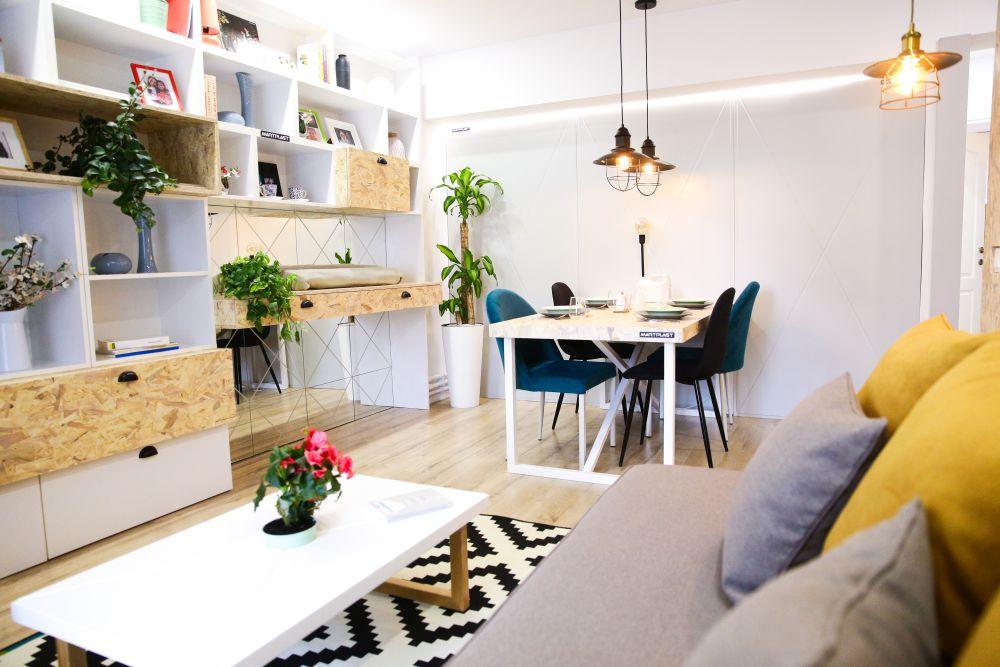 Livingul după renovarea făcută de către echipa Visuri la cheie. În living este o mobilă ce combină în ansamblul ei OSB. Colegul nostru Omid s-a gândit că acest material vorbește despre experiența lui Gabriel în domeniul amenjărilor interioare.