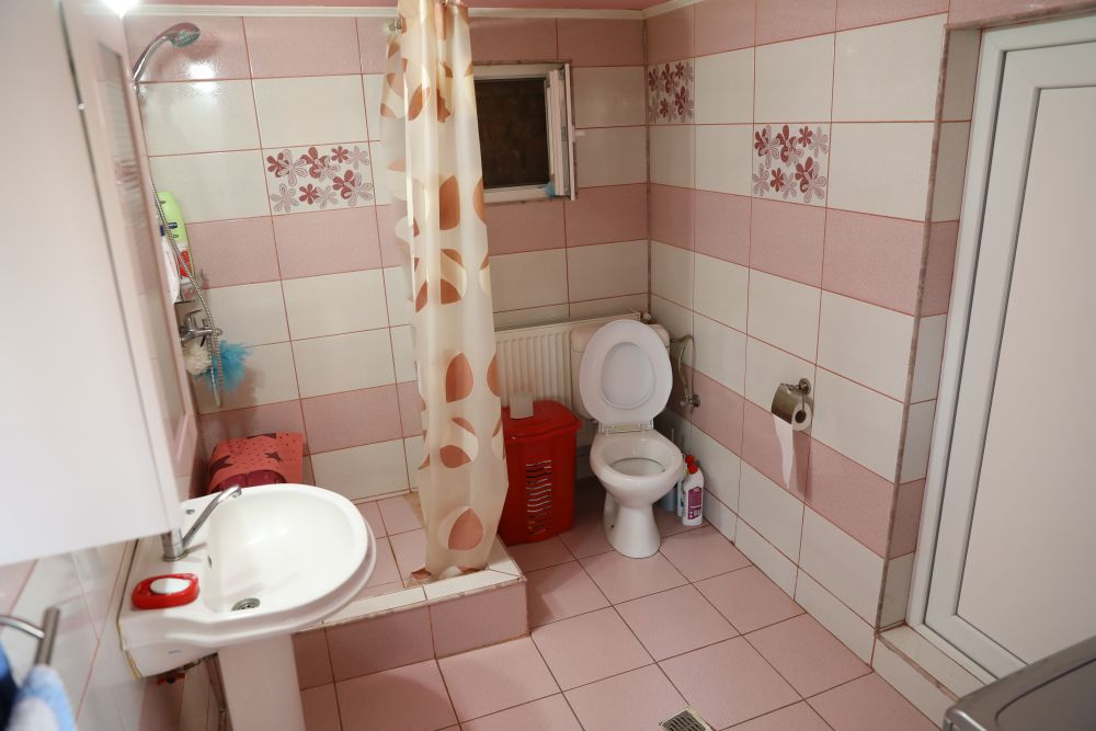 Baia avea inițial cabină de duș și vas wc dispuse pe aceeași latură. De asemenea, din baie exista acces către magazina din spatele casei, unde echipa Visuri la cheie a instalat mașina de spălat și centrala termică.