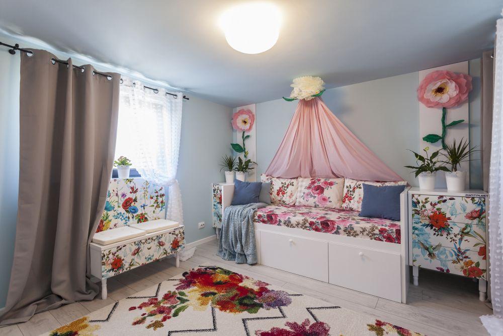 După renovare bucătăria a devenit camera fetiței. Aici tema florală am exagerat-o într-o notă copilărească. Mobila este realizată la Martplast după proiectul meu.