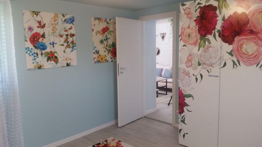 Ușa camerei fetiței dă în spațiul zonei de zi, astfel că dacă ea se joacă în camera ei poate fi ușor supravegheată de către părinți și frații ei.