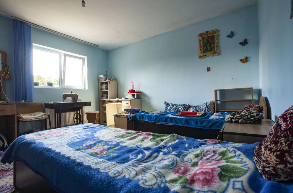 Înainte de renovare paturile băieților erau dispuse paralel cu intrarea în cameră, care s-a modificat. A fost păstrată fereastra și dimensiunile camerei.