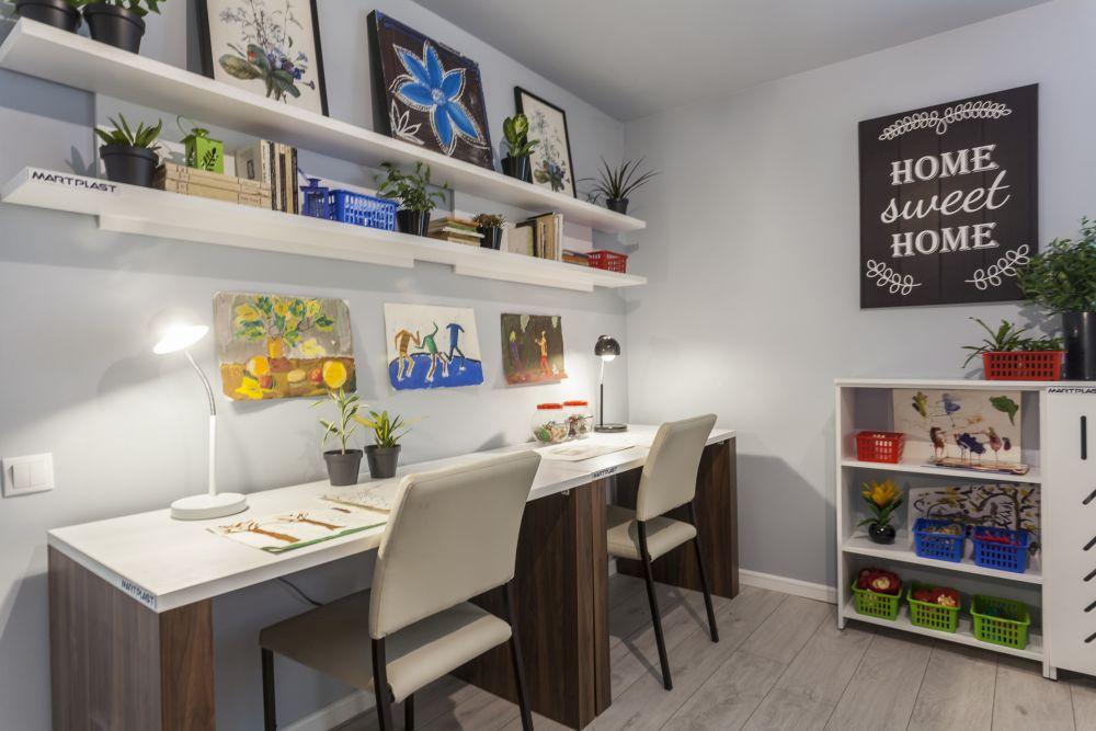 Spațiul de birou este organizat pe un singur perete, fiecare dintre frați având parte de propriul loc.