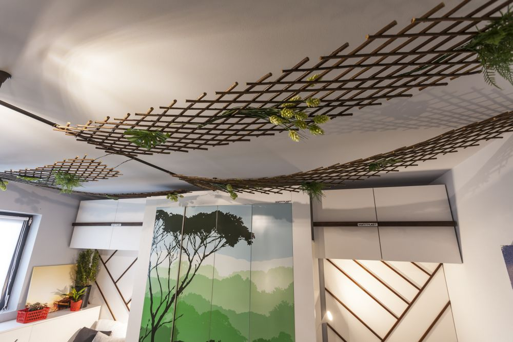 La nivelul plafonului am gândit decorațiuni realizate din suporturi pentru plante, prilej de joacă și amuzament între frați. Acestea pot fi coborâte pentru a forma un soi de gard, paravan între frați. Este mai mult o soluție decorativă și haioasă. Am vrut să le ofer fraților o lecție și anume că pot fi fericiți în aceeasși cameră.