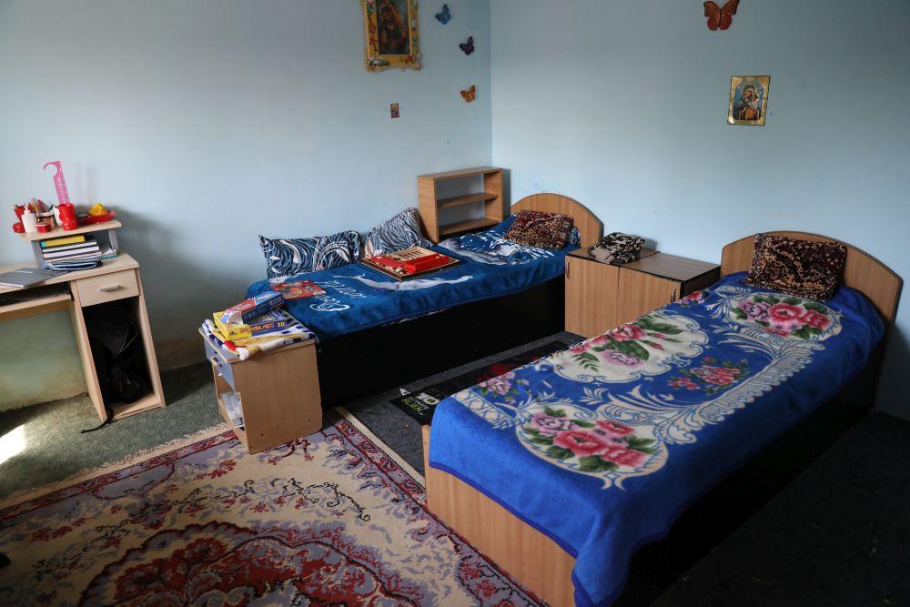 Camera băieților îniante de renovare era amenajată pentru amîndoi, dar băieții nu prea putea sta în cameră din cauza mucegaiului.