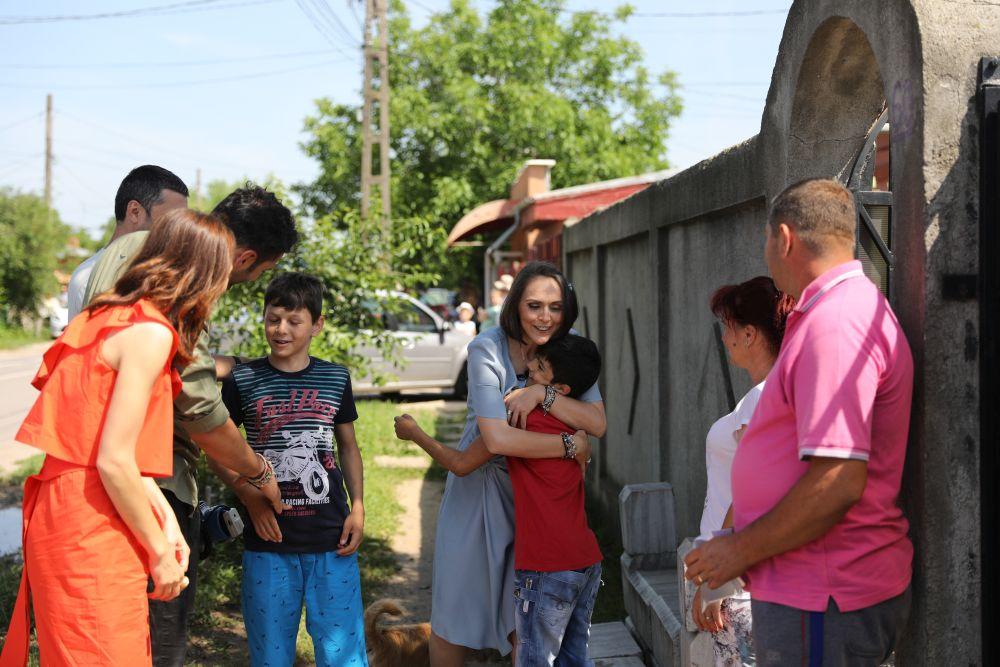 Momentul când echipa Visuri la cheie a cunoscut familia Cristea din Măgurele, după ce Dragoș Bucur i-a strigat cu megafonul la poartă.