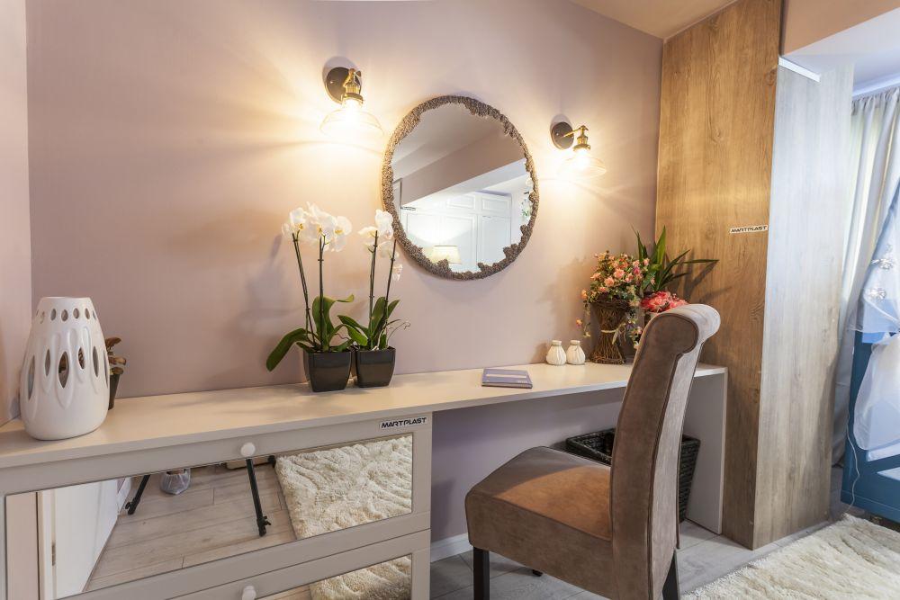 În locul unde inițial exista dulapul din living este acum masa de toaletă din dormitorul matrimonial gândit de către Alina.