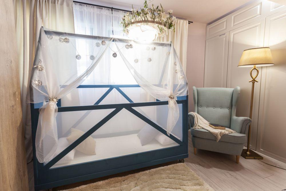 În dormitorul părinților Omid a făcut un pat pentru cea mică, care încă nu s-a obișnuit să doarmă separat, deși beneficiază și ea de propria-i cameră.