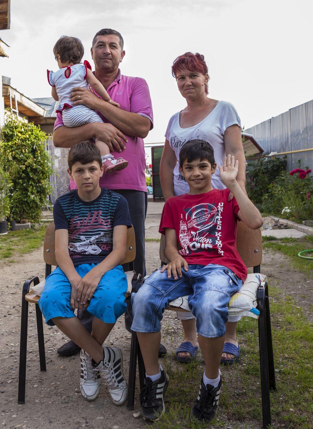 Familia Cristea cu părinții Dan și Mariana încă șocați de surpriza venirii echipei Visuri la cheie, alături de copiii lor.
