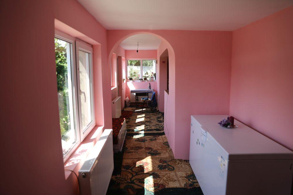 O parte din fostul hol a fost înglobat în dormitorul părinților amenajat după renovarea făcută de către echipa Visuri la cheie.