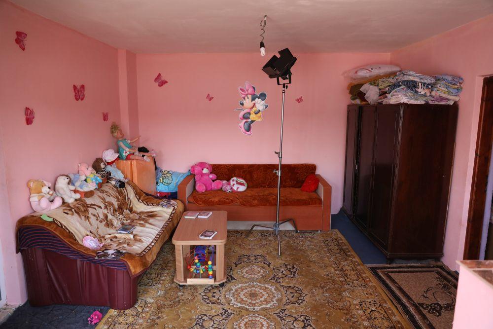 Fostul living a devenit dormitorul părinților. Livingul servea și ca loc de depozitare a hainelor familiei.