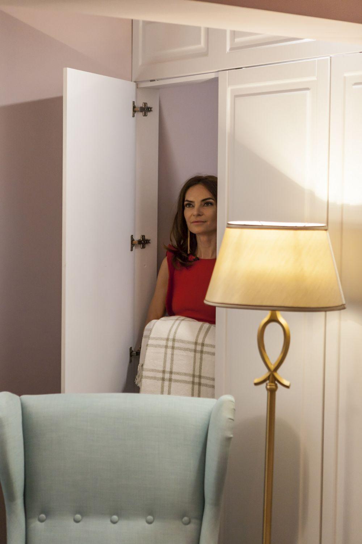 În spatele fotoliului din dormitorul matrimonial este dressingul, un spațiu suficient de încăpător.