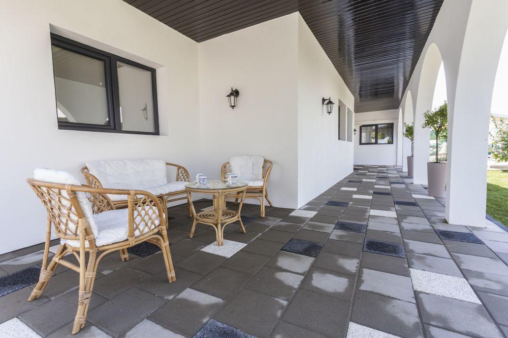 În capătul opus al terasei există și un loc de relaxare pentru familie.