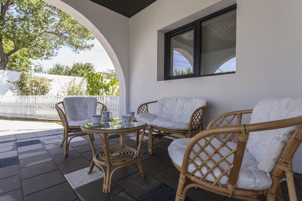 Zona unde există mobilierul pentru terasă este puțin mai generoasă și ea se vede și se simte plăcut din orice unghi.