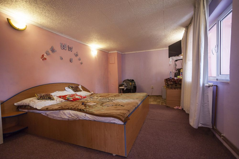 Dormitorul părinților a devenit spațiul camerei de zi după renovarea făcută de către echipa Visuri la cheie.