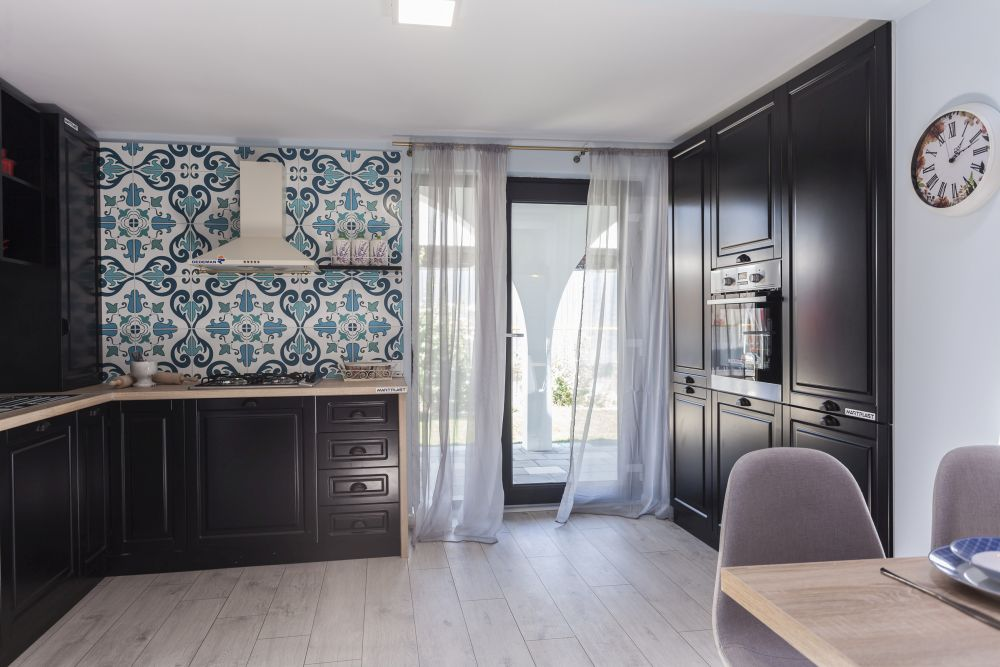 Bucătăria cu intrarea principală în casă după renovarea făcută de către echia Visuri la cheie.
