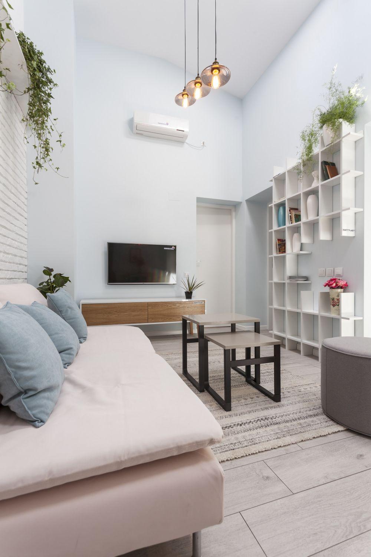 Locul de tv este situat pe peretele comun cu baia, iar după bibliotecă este ușa de intrare în camera fetiței.