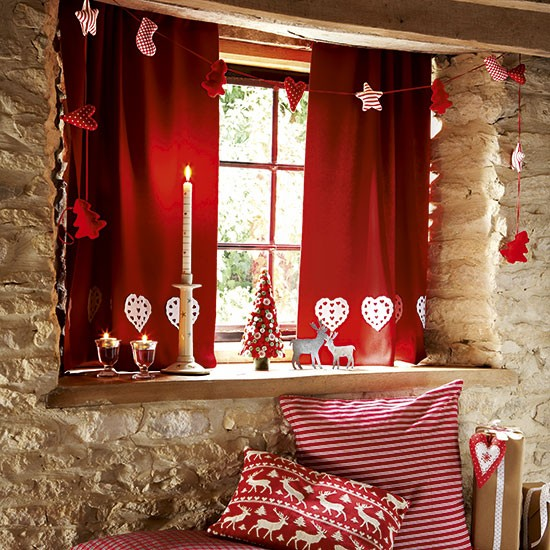 Window-with-red-curtains-and-Christmas-decorations-Country-Homes-Interiors-Housetohome.co_.uk_