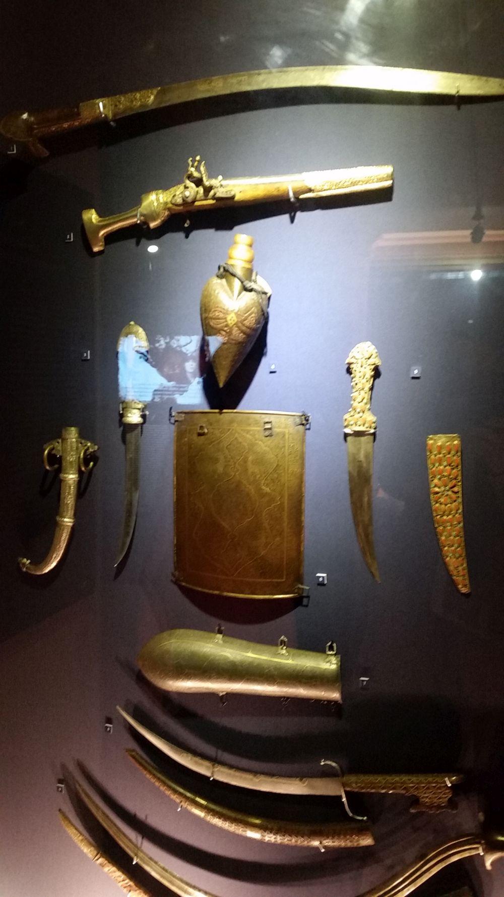 Multe arme expuse la Casa Filipescu-Cesianu, dar nu de colecție, ci arme ce erau purtate de către bucureștenii de altădată, fie zi de zi, fie la ocazii festive. Interesante povești vei afla la muzeu despre motivul purtării lor. Am aflat că exista chiar și un pistol spadă.