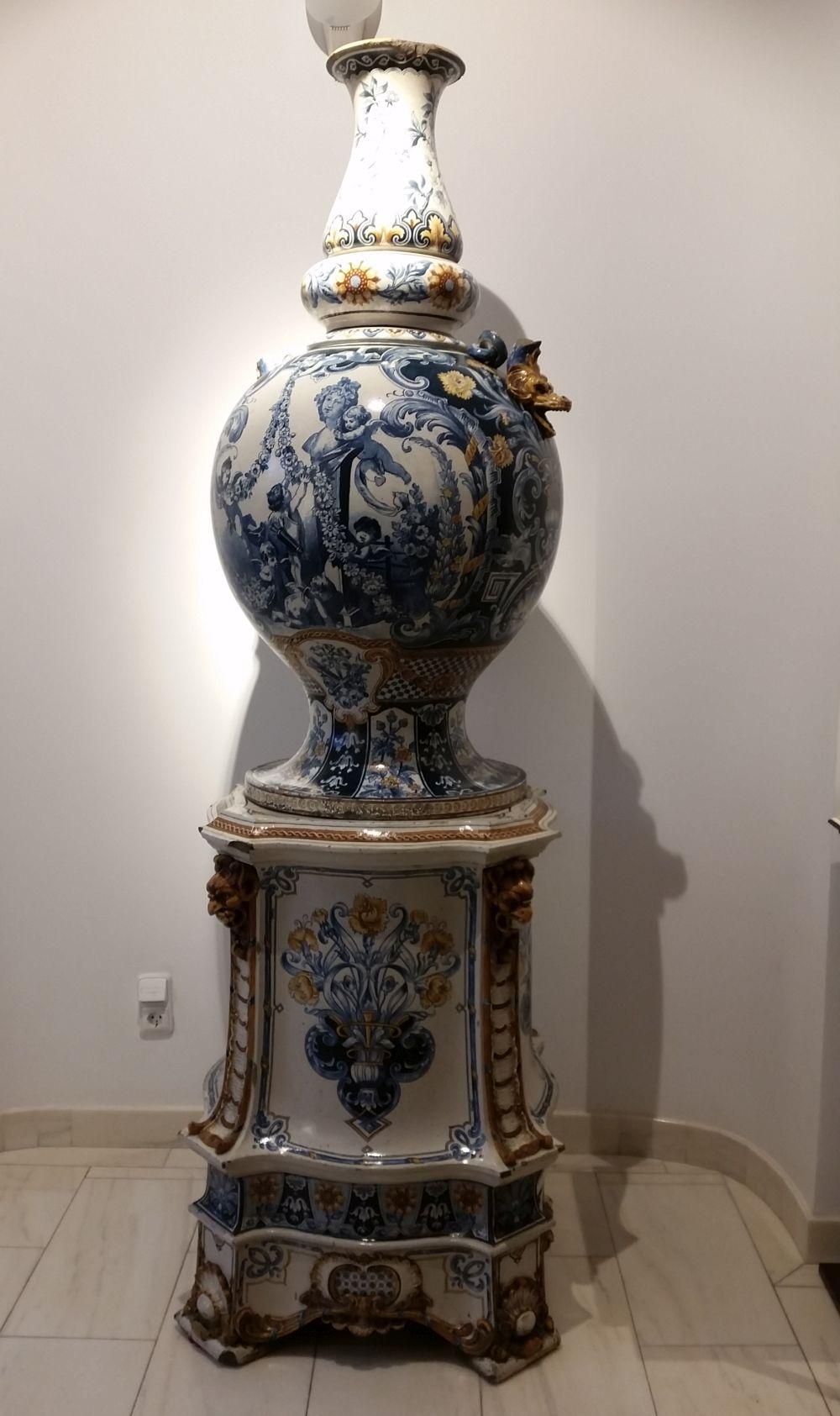 Vei găsi la muzeu și obiecte decorative impozante a căror rol e doar presupus, cum ar fi acest vas, probabil pentru decorul grădinii.