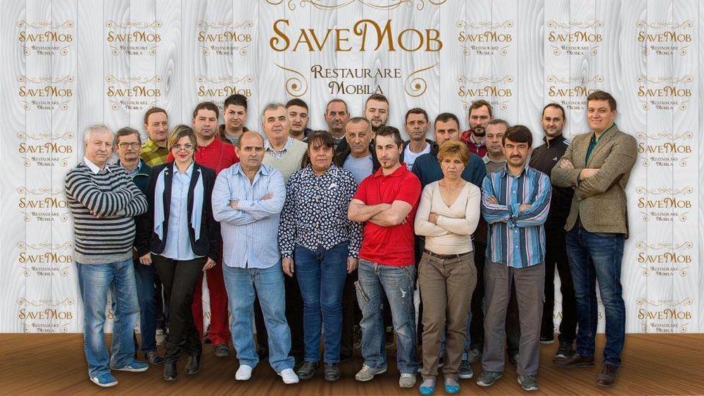Mihai Save (dreapta) alături de echipa sa de la atelierul Save Mob. Pe site-ul Save Mob vezi la rubrica Echipa numele maiștrilor.