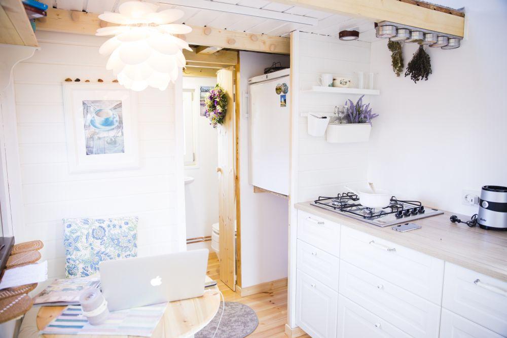 Sub locul de frigider este lăsat spațiu pentru montarea unei mașini de spălat rufe.