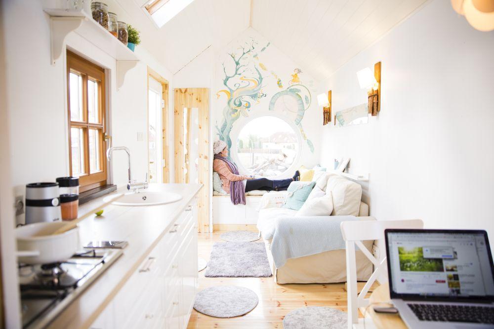 Căsuța are circa 20 de metri pătrați utili și 4 metri înălțime. Din suprafața ei 4,5 metri pătrați sunt alocați dormitorului situat la etaj, 2,2 metri pătrați pentur bucătărie și circa 1,2 metri pătrați pentru baie, iar restul de circa 10 mp este practic zona de zi.