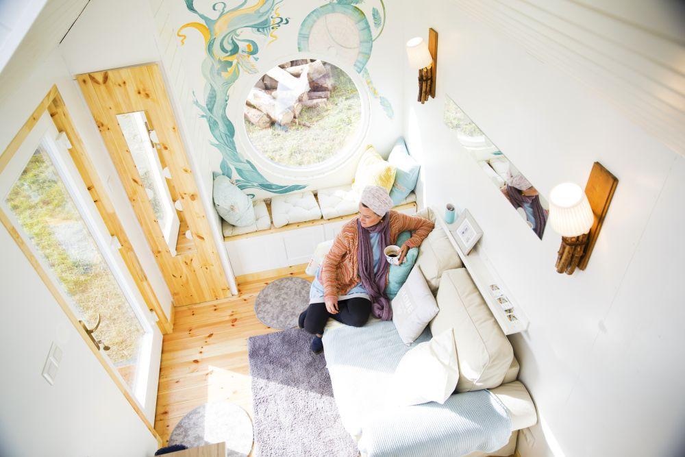 Picturile din jurul ferestrei rotunde sunt realizate de către artista Karina Daradics din Miercurea Ciuc.