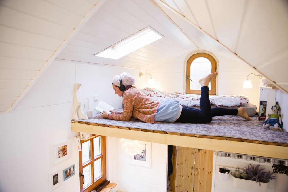 Ca spații de depozitare are după ușa de la intrare dulap, între bucătărie și baie alt dulap, și desigur are spațiu de depozitare și în mobilierul prezent (bucătărie, banchetă la fereastra rotundă, sus în dormitor).
