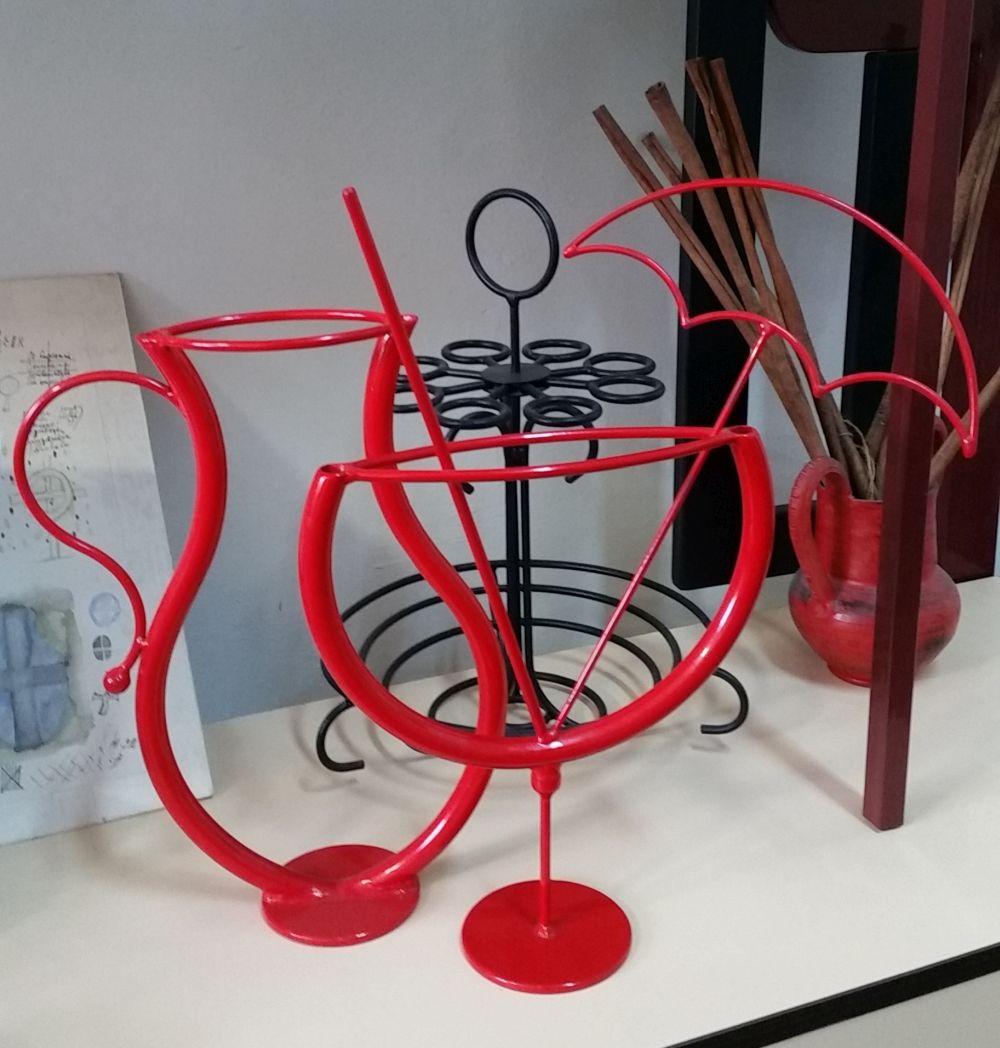Mi-au atras atenția obiecte decorative din fier vopsite în roșu. Foarte simpatice! Le-am postat și pe Instagram. Și da, sunt fabricate la Aktdecor din București.